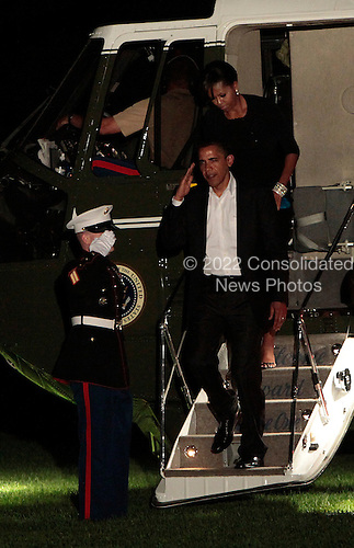 Washington, DC - May 31, 2009 -- United States President Barack Obama and his wife Michelle arrive back at the White House in Washington, DC via Marine One after  a trip to New York, Sunday, May 31, 2009. .Credit: Aude Guerrucci - Pool via CNP