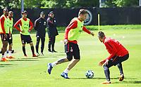 Marco Russ (Eintracht Frankfurt) gegen Mijat Gacinovic (Eintracht Frankfurt) - 01.05.2018: Eintracht Frankfurt Training, Commerzbank Arena