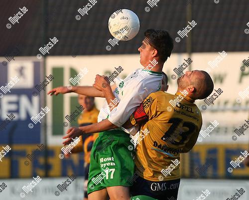 2009-08-22 / Voetbal / Cofidis Cup / Dessel Sport - OH Leuven / Thomas Frederix (Dessel) met Bjorn Ruytinx in de rug..Foto: Maarten Straetemans (SMB)