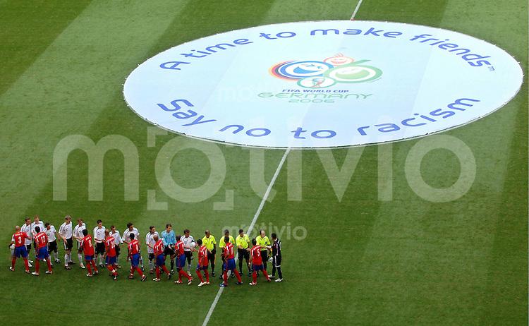 WM 2006   Gruppenspiel   Vorrunde    Deutschland - Costa Rica Begruessung der Mannschaften