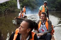 PUTUMAYO-COLOMBIA-13-02-2013:  El presidente del Comité Internacional de la Cruz Roja (CICR) Peter Maurer (R), viaja en barco para visitar una comunidad afectada por el conflicto cerca de Piñuña Negro, departamento de Putumayo, Colombia, el 13 de febrero de 2013. Maurer está realizando una visita de cuatro días a Colombia para revisar la ayuda humanitaria. (Foto: Boris Heger / CICR VizzorImage). SOLO PARA USO EDITORIAL.  President of The International Committee of the Red Cross (ICRC) Peter Maurer (R), travels by boat to visit a conflict-affected comunity near Pinuna Negro, Putumayo department, Colombia, on February 13, 2013. Maurer is on a four-day visit to Colombia to review humanitarian aid.  (Photo:/ Boris Heger / ICRC / VizzorImage) ONLY TO EDITORIAL USE..