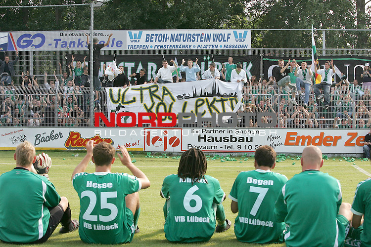RLN 05 / 06 - 8. Spieltag<br /> <br /> Kickers Emden vs VFB Luebeck<br /> <br /> Stimmung bei den Fans aus LŁbeck nach dem Sieg in Emden und der erneuten TabellenfŁhrung in der Oberliga Nord uhnd dank an die Mannschaft<br /> <br /> <br /> Foto &copy; nordphoto <br /> <br /> <br /> <br />  *** Local Caption *** Foto ist honorarpflichtig! zzgl. gesetzl. MwSt.<br /> <br />  Belegexemplar erforderlich