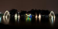 ATENÇÃO EDITOR FOTO EMBARGADA PARA VEÍCULOS INTERNACIONAIS - SAO PAULO, SP, 01 DE DEZEMBRO DE 2012 - ILUMINAÇÃO DE NATAL FONTE DO LAGO DO IBIRAPUERA: Inaugurada na noite deste sábado (01) a iluminação de natal da Fonte do Lago do Ibirapuera, que recebeu projeções com temas natalinos ao som de músicas  interpretadas por Andrea Bocelli, Michael Bublé, clássicos instrumentais e ?Happy Christmas? de John Lennon. As projeções podem ser vistas diariamente as 20:30 e as 21:00 até o dia 06/01. FOTO: LEVI BIANCO - BRAZIL PHOTO PRESS