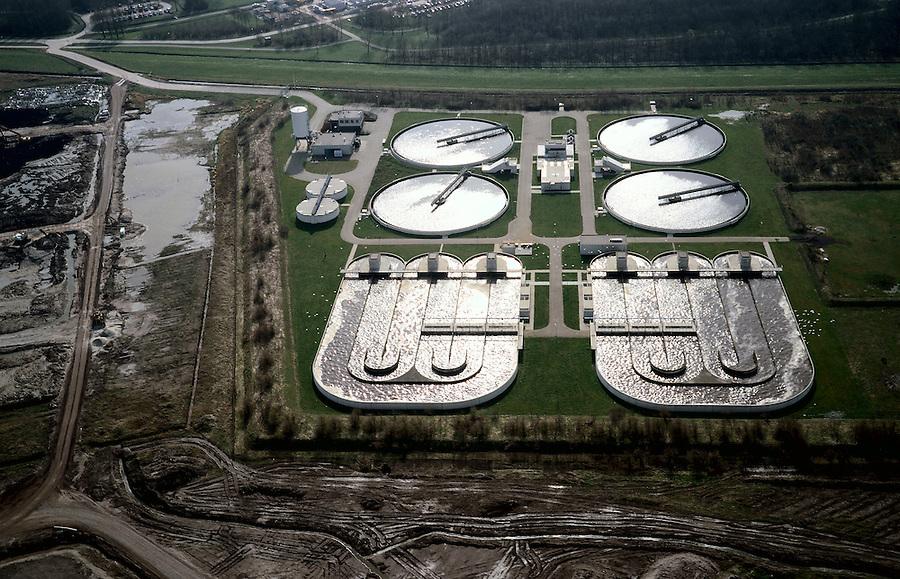 Nederland, Zuid-Holland, Barendrecht, 08-03-2002; ten behoeve van de VINEX lokatie Carnisselande is een nieuwe rioolwaterzuivering aangelegd; infrastructuur bouw riolering vuil water waterbeheer.luchtfoto (toeslag); aerial photo (additional fee required); .foto Siebe Swart / photo Siebe Swart