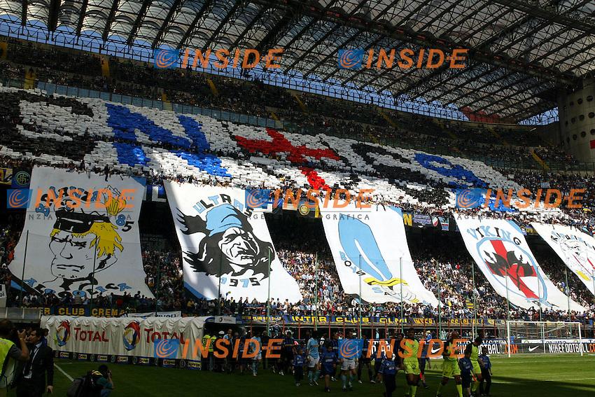 Milano 25/4/2004 Campionato Italiano Serie A - Matchday 31 <br /> Inter - Lazio 0-0 <br /> I tifosi dell'Inter. <br /> Inter Fans. <br /> Photo Andrea Staccioli Insidefoto