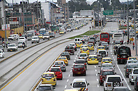 BOGOTA-COLOMBIA-18-02-2013 .Tráfico automovilístico por la Avenida Eldorado con carrera 30. Automobile traffic on Avenida Eldorado with race 30...( Photo / VizzorImage / Felipe Caicedo / Staff).
