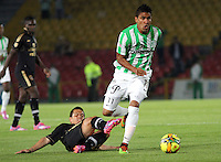 BOGOTA -COLOMBIA-1 -NOVIEMBRE-2014. Alex Jaramillo ( Izq) de Fortaleza F.C. disputa el balón con Santiago Trellez ( Der ) de Atlrtico Nacional   durante partido de la  17  fecha  de La Liga Postobón 2014-2. Estadio Nemwsio Camacho El Campin . / Alex Jaramillo  (L ) of Fortaleza F.C.  fights for the ball with Santiago Trellez  of Atletico Nacional   during match of the 17th date of Postobon  League 2014-2. Nemesio Camacho El Campin  Stadium. Photo: VizzorImage / Felipe Caicedo / Staff