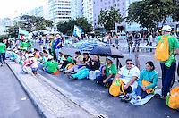 RIO DE JANEIRO, RJ, 26  DE JULHO DE 2013 -JMJ RIO 2013-VIA SACRA-MOVIMENTAÇÃO EM COPACABANA-Movimentação na praia de Copacabana, fiéis,peregrinos e devotos, aguardam o inpicio da via sacra e a passagem do Papa Francisco, em Copacabana, zona sul do Rio de Janeiro.FOTO:MARCELO FONSECA/BRAZIL PHOTO PRESS