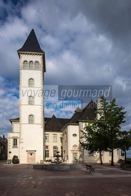 France, Aquitaine, Pyrénées-Atlantiques, Béarn, Pau: À proximité du château, le Parlement de Navarre,  est installé dans l'ancien palais de justice.  Il abrite désormais le Conseil général des Pyrénées-Atlantiques. //  France, Pyrenees Atlantiques, Bearn, Pau: Near the castle, the Parliament of Navarre, is housed in the old courthouse.