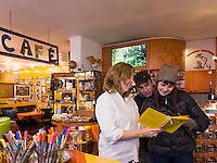 Sibirische Touristen im Cafè im Hundertwasserhaus, Löwengasse in Wien, Österreich<br /> Sibirian tourist in the Café in Hundertwasserhaus, Löwengasse, Vienna, Austria