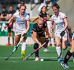 AMSTELVEEN -  Charlotte Vega (A'dam) tussen Lisa Post (OR) en Maud Renders (OR)    tijdens de hoofdklasse competitiewedstrijd hockey dames,  Amsterdam-Oranje Rood (5-2). COPYRIGHT KOEN SUYK