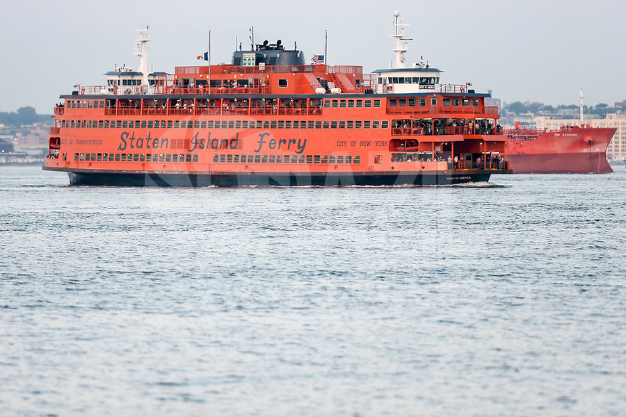NOVA YORK, EUA, 29.05.2018 - TURISMO-EUA - Barco de travessia que liga a ilha de Manhattan a Staten Island é visto no Rio Hudson na cidade de Nova York nos Estados Unidos nesta terça-feira, 29. (Foto: William Volcov/Brazil Photo Press)
