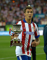 MADRID - ESPAÑA - 22-08-2014:  Mario Mandzukic, jugador de Atletico de Madrid celebra con la copa como campeones de la Super Copa de España tras vencer a Real Madrid,  durante partido de vuelta entre Atletico de Madrid  y Real Madrid por la Super Copa de España 2014, en el estadio Vicente Calderon de la ciudad de Madrid, España. / Mario Mandzukic,  player of Atletico de Madrid  celebrates with the Cup as champions of the Super Copa de España after beating Real Madrid,, during a match for the second leg between Atletico Madrid and Real Madrid on the Super Copa de España 2014, at the Vicente Calderon stadium in Madrid, Spain. Photo: Asnerp / Patricio Realpe / VizzorImage.