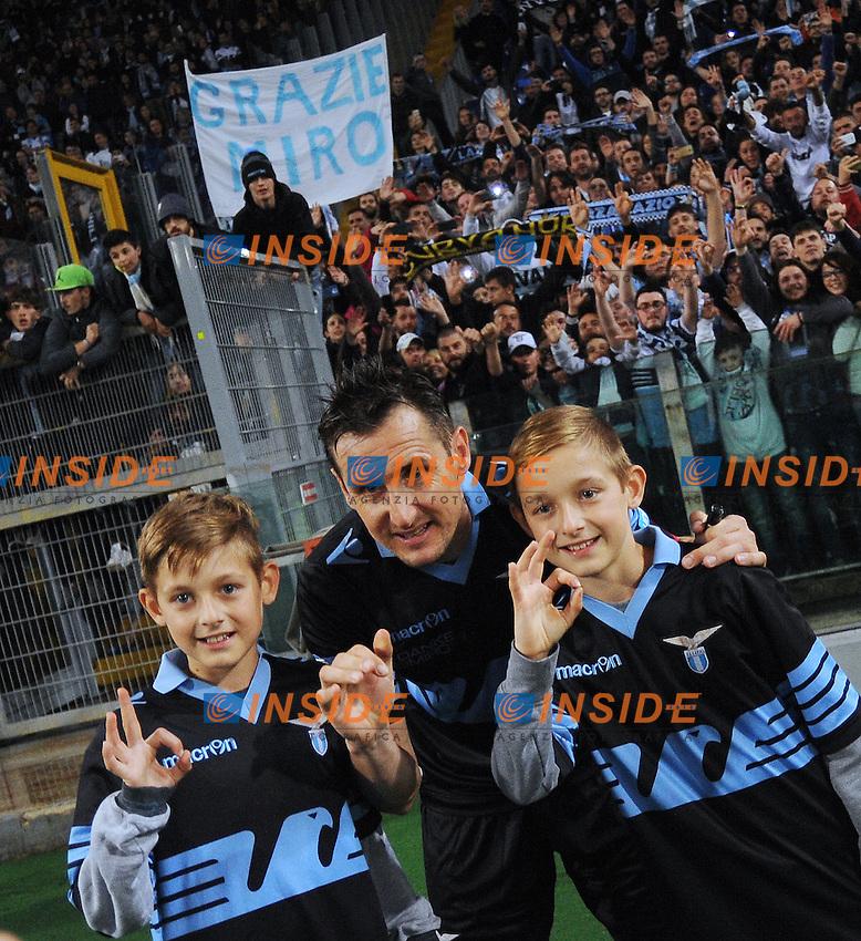 Miroslav Klose saluta i tifosi della Lazio con i figli.<br /> Roma 15-05-2016  Stadio Olimpico<br /> Campionato Serie A,<br /> Lazio - Fiorentina<br /> Foto Antonietta Baldassarre / Insidefoto