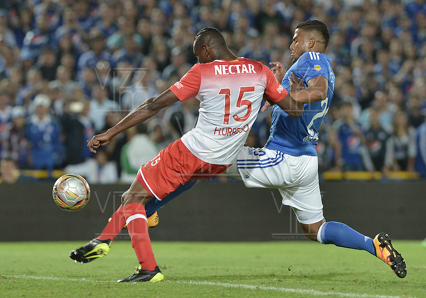 BOGOTA - COLOMBIA -20 -03-2016: Carlos Henao (Der) jugador de Millonarios disputa el balón con Hector Urrego (Izq) jugador de Independiente Santa Fe durante por la fecha 10 de la Liga Águila I 2016 jugado en el estadio Nemesio Camacho El Campín de la ciudad de Bogotá./ Carlos Henao (R) player of Millonarios fights for the ball with Hector Urrego (L) player of Independiente Santa Fe during the match for the date 10 of the Aguila League I 2016 played at Nemesio Camacho El Campin stadium in Bogota city. Photo: VizzorImage / Gabriel Aponte / Staff.