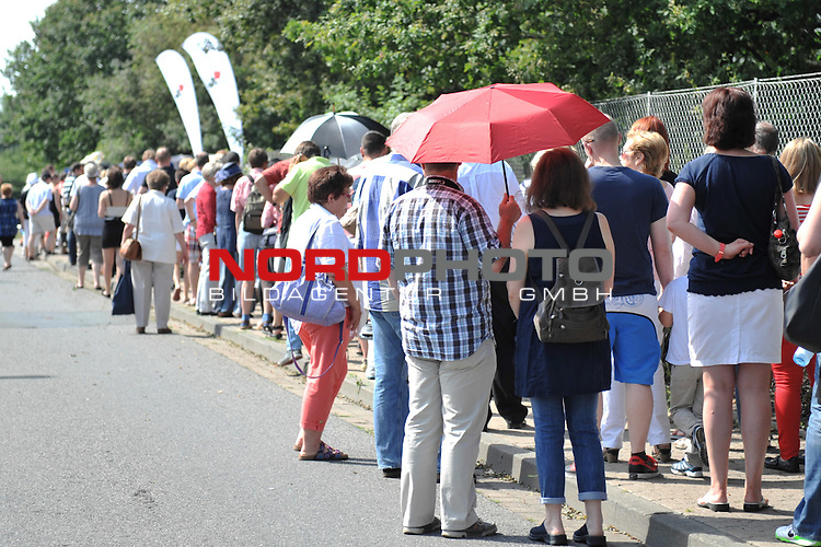 28.07.13, Rote Rosen Studio, Lueneburg, Rote Rosen, Fan-Tag,  im Bild Fans stehen vor dem Eingang in der groessten Hitze an// during the day 2013/07/28,Lueneburg<br /> Foto &copy; nph/ Witke