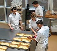 Nederland - Zaandam - 2019. Studenten aan het werk in het Bakery Institute in de oude Verkadefabriek.    Foto mag niet in negatieve / schadelijke context gepubliceerd worden.     Het Bakery Institute is een particuliere opleiding voor iedereen die zich wil ontwikkelen in het bakkersvak.