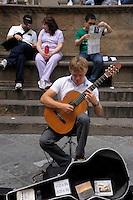 Artisti e artisti di strada a Firenze. Artists and street performers in Florence..Piazza della Signoria.