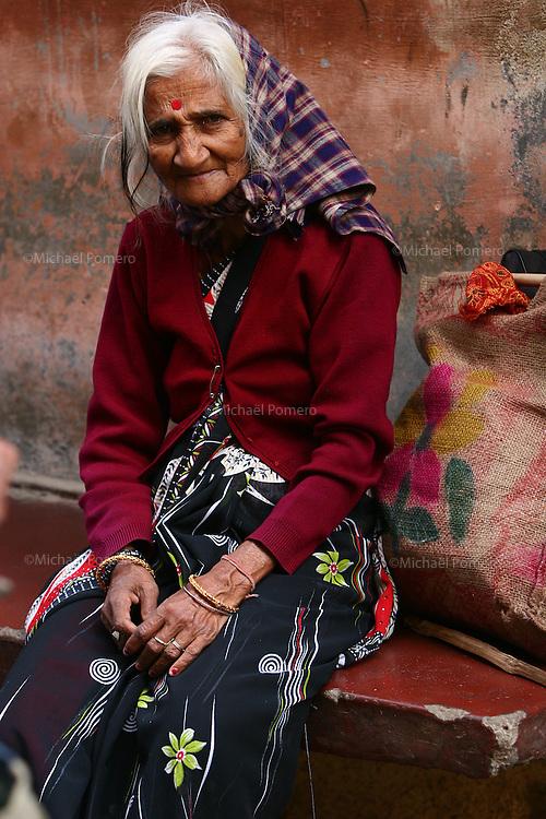 02.11.2007 Varanasi(Uttar Pradesh)<br /> <br /> Portrait of a poor woman in the street.<br /> <br /> Portrait d'une pauvre femme dans la rue.