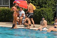 nella piscina comunale di Melegnano, MI, il servizio di accoglienza  controllo e sicurezza, è affidata alla cooperativa ACS, , fondata da Massimo Todisco dell'Osservatorio di Milano e da Vate Buni, albanese, e formata da circa 30 cittadini extracomunitari.