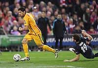 FUSSBALL CHAMPIONS LEAGUE  SAISON 2015/2016 VIERTELFINAL RUECKSPIEL Atletico Madrid - FC Barcelona       13.04.2016 Luis Suarez (li, Barca)  gegen Lucas Hernandez (Atletico Madrid)