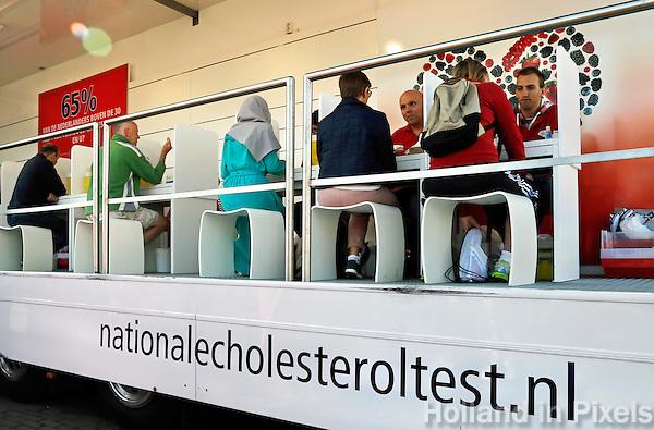 Zaandam-  Dam tot Damloop. Wagen waar men bloed kan laten prikken om het cholesterol gehalte te bepalen