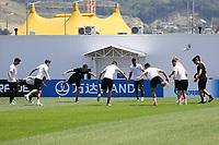 Mannschaft waermt sich auf - 24.06.2017: Training der Deutschen Nationalmannschaft, Fisht Stadium Sotschi
