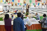 CAMPINAS,SP, 13.06.2016 - SANTO-ANTÔNIO - Devotos comparecem à igreja para receber pães bentos nesta segunda-feira, 13, dia de Santo Antônio, o santo casamenteiro e também padroeiro dos pobres, na cidade de Campinas, interior de São Paulo. Outra atração da festa é o tradicional bolo, com 152 metros, que está recheado com 3 mil medalhinhas. Um total de 60 mil pães serão oferecidos para os fiéis. (Foto: Mauricio Bento/Brazil Photo Press)