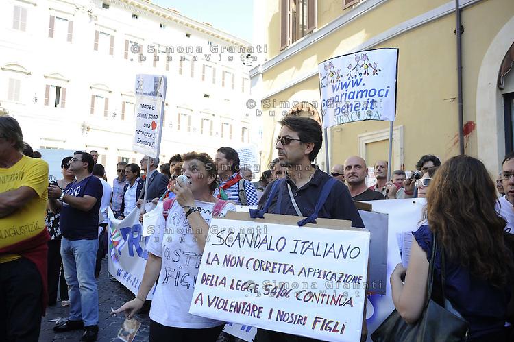 """Un centinaio di genitori, soprattutto padri, sono scesi in piazza davanti Montecitorio per chiedere la parità dopo il divorzi tra madre e padre..chiedono """"Affido condiviso"""" e """"bigenitorialità"""""""