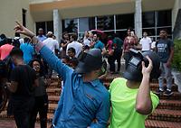 STO03. SANTO DOMINGO (REPÚBLICA DOMINICANA), 21/08/2017.- Personas observan el eclipse solar en las inmediaciones del Museo de Historia Natural, este lunes 21 de agosto de 2017, en Santo Domingo (República Dominicana). EFE/ Orlando Barría