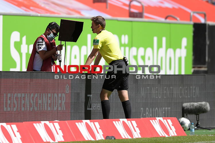 Schiedsrichter Daniel SIEBERT in der Review Area,VAR<br />