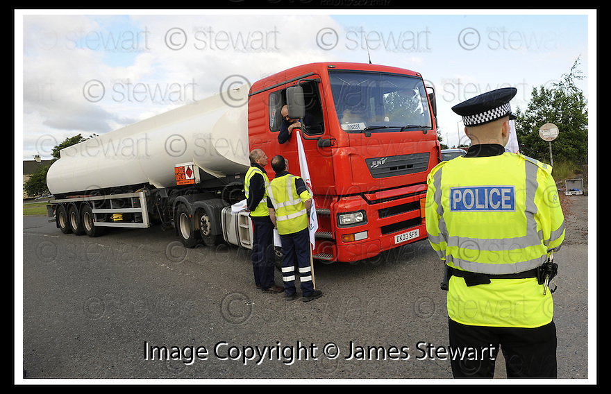 13/06/2008   Copyright Pic: James Stewart.File Name : sct_10_grangemouth.A TANKER DRIVER STOPS AND TALKS TO STRIKING SHELL DRIVERS IN GRANGEMOUTH....James Stewart Photo Agency 19 Carronlea Drive, Falkirk. FK2 8DN      Vat Reg No. 607 6932 25.Studio      : +44 (0)1324 611191 .Mobile      : +44 (0)7721 416997.E-mail  :  jim@jspa.co.uk.If you require further information then contact Jim Stewart on any of the numbers above........