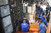 SÃO PAULO - SP -  25 DE MARÇO 2013. ENTERRO MARCOS BASSI - Marcos Bassi, um dos maiores especialistas em carnes no país, Marcos Bassi morre neste domingo (24) no começo da tarde no Hospital Sírio Libanês. Ele lutava contra um câncer de pulmão e esteve internado váras vezes recentemente. O sepultamento foi nesta segunda-feira (25), às 14h para o Cemitério do Araçá. FOTO: MAURICIO CAMARGO / BRAZIL PHOTO PRESS.