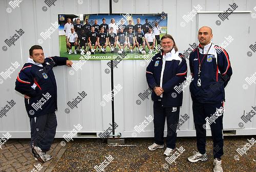 2010-09-28 / Voetbal / seizoen 2010-2011 / jeugdacademie KVC Westerlo / Peter Vranken (L) met Barry Hulshoff en Vedran Pelic voor de localen van de jeugdacademie..Foto: Mpics