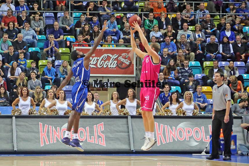 Dreier von Jamal McLean (Bonn) gegen Ramon Galloway (Skyliners) - Fraport Skyliners vs. Telekom Baskets Bonn, Fraport Arena Frankfurt