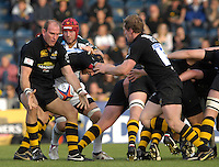 Wycombe, Great Britain, Left Lawrence DALLAGLIO, plays the one two with  Tom REES, during the EDF Energy, Anglo Welsh, rugby Cup match, London Wasps vs London Irish,  at Adams Park, England, 08/10/2006. [Photo, Peter Spurrier/Intersport-images]....