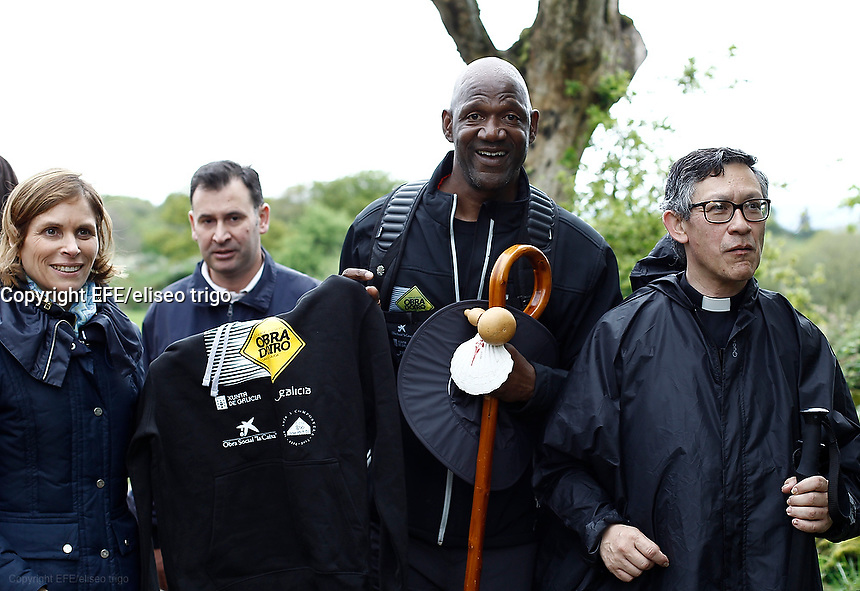 Fecha: 04-05-2015. Terry Porter talks to journalists, that assail him in the middle of the road, taking advantage of politicians accompanying Terry marked a point of meeting with the press