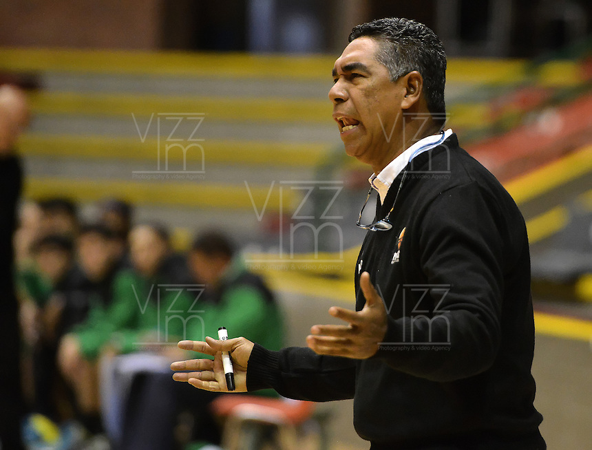 BOGOTÁ -COLOMBIA. 14-03-2014. José Tapias (I) entrenador de Piratas de Bogotá  gesticula durante partido contra Aguilas de Tunja por la fecha 1 de la  Liga DirecTV de Baloncesto 2014-I de Colombia realizado en el coliseo Cayetano Cañizares de Bogotá./ Jose Tapias coach of Piratas de Bogota gestures during match against Aguilas de Tunja for the first date of DirecTV Basketball League 2014-I in Colombia at Cayetano Cañizares coliseum in Bogota. Photo: VizzorImage/ Gabriel Aponte / Staff