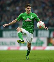 FUSSBALL   1. BUNDESLIGA   SAISON 2012/2013    24. SPIELTAG SV Werder Bremen - FC Augsburg                           02.03.2013 Aleksandar Ignjovski (SV Werder Bremen) Einzelaktion am Ball