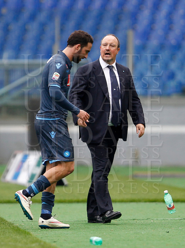 Calcio, Serie A: Lazio vs Napoli. Roma, stadio Olimpico, 18 gennaio 2015.<br /> Napoli&rsquo;s Gonzalo Higuain walks past coach Rafael Benitez, right, as he leaves the pitch during the Italian Serie A football match between Lazio and Napoli at Rome's Olympic stadium, 18 January 2015.<br /> UPDATE IMAGES PRESS/Isabella Bonotto