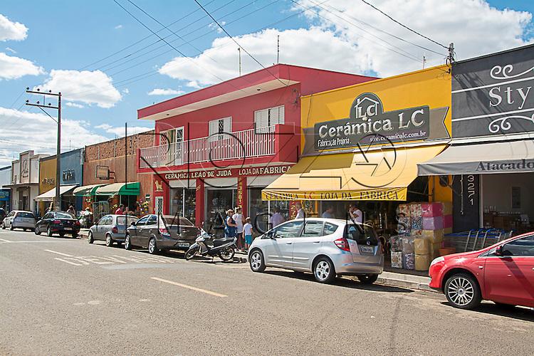Avenida com comércio de cerãmica e decoração, Porto Ferreira - SP, 08/2015.
