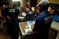 """A operação Eirene III iniciada na madrugada desta quarta-feira, 5, pelo Sistema de Segurança Pública do Pará nos bairros do Reduto, Campina, Cidade Velha e Umarizal, no centro da capital, já apreendeu quatro caminhões com mídias piratas, produtos falsificados e outros contrabandeados, além de sete máquinas caça níqueis no comércio de Belém. As ações contam com o efetivo de 600 homens e visam combater diversos crimes, com base em informações obtidas pela inteligência da Polícia. Um centro de operações foi montado na Praça Magalhães, na Avenida Marechal Hermes, onde as denúncias estão sendo monitoradas.<br /> <br /> O delegado geral adjunto, Rilmar Firmino, afirma que a operação ocorrerá por tempo indeterminado, atendendo a todas as demandas já captadas pelo centro de inteligência da Polícia, bem como as denúncias que a população fizer a partir de hoje, por meio do número 181. """"Esta operação dá prosseguimento ao trabalho que tem sido realizado pelo Sistema de Segurança Pública do Estado desde o início do ano. Vamos trabalhar para atender essas áreas que foram apontadas como de influência da criminalidade até que as ocorrências sejam diminuídas"""".<br /> <br /> A Eirene III busca combater a pirataria, quadrilhas de caça níquel, furtos, roubos, tráfico de drogas, exploração de menores de idade, além de crimes ambientais. O trabalho acontece também na orla da capital, até o distrito de Icoaraci, realizando uma varredura em toda a extensão dos rios que cercam Belém, com objetivo de combater os ladrões de embarcações, o contrabando e o tráfico de drogas. A Eirene III conta também com o apoio do grupamento aéreo da Polícia, que mantém contato direto com as equipes que trabalham no rio ou nas ruas da cidade.<br /> <br /> O comandante do Policiamento da Capital, coronel Daniel Borges, ressalta que a operação ocorre de forma estratégica dias antes da festa do Círio de Nazaré, garantindo a segurança nas áreas que receberão o grande número"""