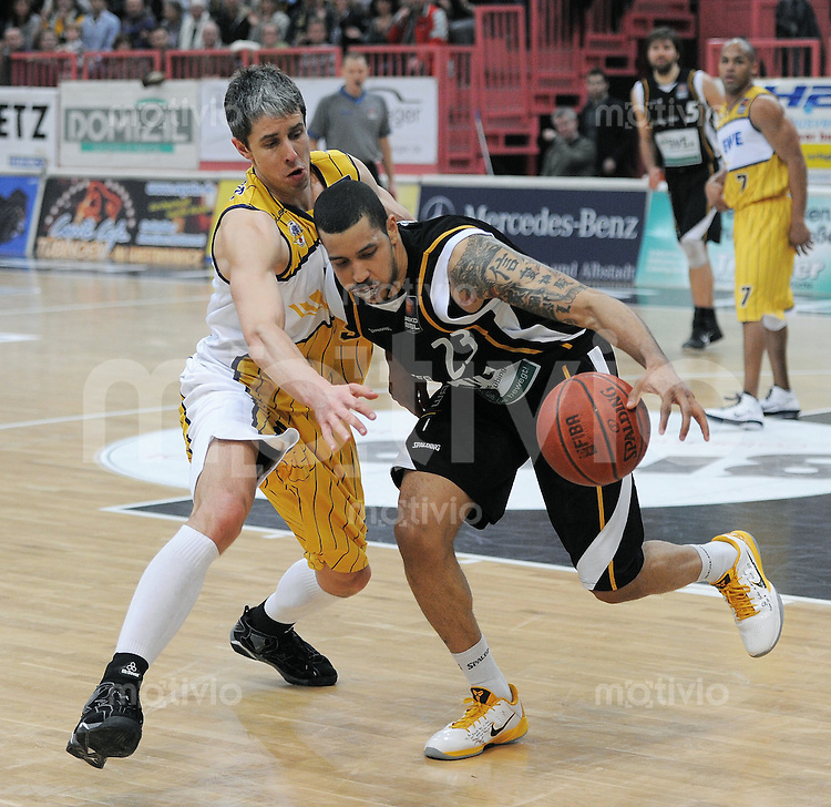 Basketball   1. Bundesliga 2010/2011  19.02.2011 Walter Tigers Tuebingen - EWE Baskets Oldenburg Chris Oliver (re,Tuebingen) gegen Mindaugas Lukauskis (li, Oldenburg)