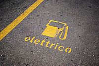 Milano, posteggio per la carica di veicoli elettrici --- Milan, parking for charging of electrical vehicles