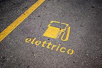 Milano, posteggio per la carica di veicoli elettrici --- Milan, parking for charging of electrical vehicles