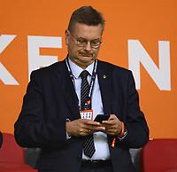 DFB-Präsident Reinhard Grindel mit seinem Handy - 13.10.2018: Niederlande vs. Deutschland, 3. Spieltag UEFA Nations League, Johann Cruijff Arena Amsterdam, DISCLAIMER: DFB regulations prohibit any use of photographs as image sequences and/or quasi-video.