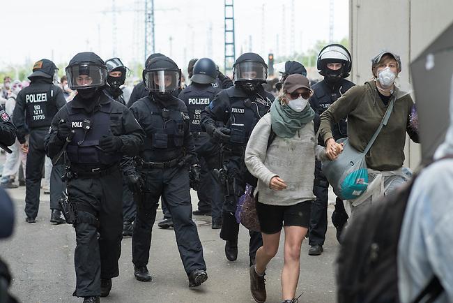 Klimacamp &quot;Ende Gelaende&quot; bei Proschim in der brandenburgischen Lausitz.<br /> Mehrere tausend Klimaaktivisten  aus Europa wollen zwischen dem 13. Mai und dem 16. Mai 2016 mit Aktionen den Braunkohletagebau blockieren um gegen die Nutzung fossiler Energie zu protestieren.<br /> Mehrere hundert Aktivisten stuermten am Nachmittag des 14. Mai das Gelaende des Kraftwerk Schwarze Pumpe. Die Polizei kam nach ca. 20 Minuten auf das Werksgaende und die Aktitivisten vierliessen das Gelaende wieder. Ca. 60 Personen wurden danach von der Polizei festgenommen.<br /> Im Bild: Aktivisten auf dem Kraftwerksgelaende versuchen Polizeibeamten zu entwischen.<br /> 14.5.2016, Schwarze Pumpe/Brandenburg<br /> Copyright: Christian-Ditsch.de<br /> [Inhaltsveraendernde Manipulation des Fotos nur nach ausdruecklicher Genehmigung des Fotografen. Vereinbarungen ueber Abtretung von Persoenlichkeitsrechten/Model Release der abgebildeten Person/Personen liegen nicht vor. NO MODEL RELEASE! Nur fuer Redaktionelle Zwecke. Don't publish without copyright Christian-Ditsch.de, Veroeffentlichung nur mit Fotografennennung, sowie gegen Honorar, MwSt. und Beleg. Konto: I N G - D i B a, IBAN DE58500105175400192269, BIC INGDDEFFXXX, Kontakt: post@christian-ditsch.de<br /> Bei der Bearbeitung der Dateiinformationen darf die Urheberkennzeichnung in den EXIF- und  IPTC-Daten nicht entfernt werden, diese sind in digitalen Medien nach &sect;95c UrhG rechtlich geschuetzt. Der Urhebervermerk wird gemaess &sect;13 UrhG verlangt.]