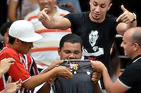 SÃO PAULO, SP, 13.10.2013 - CAMPEONATO BRASILEIRO - SÃO PAULO x CORINTHIANS: Torcedores do São Paulo colocam fogo na camisa do Corinthians na arquibancada do estádio do Morumbi antes da partida São Paulo x Corinthians, válida pela 28ª rodada do Campeonato Brasileiro de 2013, disputada no estádio do Morumbi em São Paulo. Foto: Levi Bianco - Brazil Photo Press