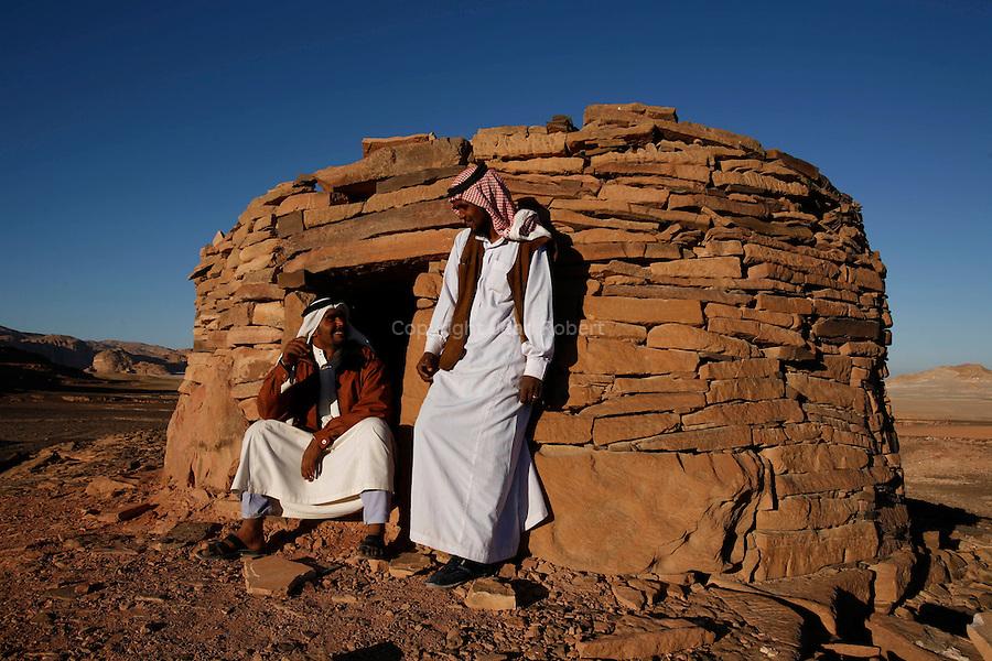 Edifices de pierre appelées Nawamis au sud deEin Khudra, à 3 km de la route  Ste Catherine-Nuweiba. Mesurant entre 2 et 2,5 m de haut pour 3 à 6 m de diamètre, ces édifices de pierre avec une entrée orientée vers l'oust date de l'age du cuivre (4000 à 3150 BC). Ce sont sans doute des chambres funéraires mais on sait très peu de chose sur ce peuple mystérieux..