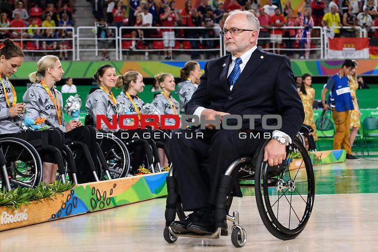 16.09.2016, Rio de Janeiro, Olympische Arena<br />Paralympische Spiele, Rollstuhl Basketball Frauen, Siegerehrung<br /><br />Sir Philip Craven (PrŠsident / Praesident Paralympische Kommittee)<br /><br />  Foto &copy; nordphoto / Kurth